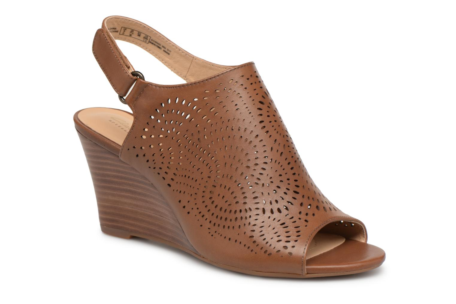 Sandals Clarks Raven Dawn Brown detailed view/ Pair view