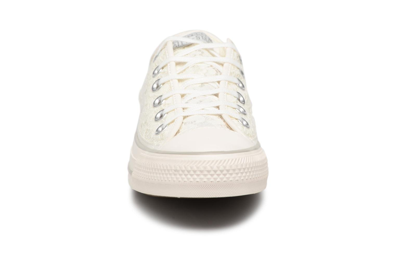 Baskets Converse Chuck Taylor All Star Flower Lace Ox Blanc vue portées chaussures