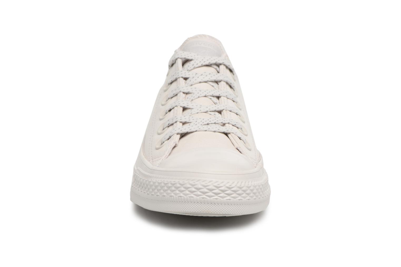 Baskets Converse Chuck Taylor All Star Ox 555979C Gris vue portées chaussures