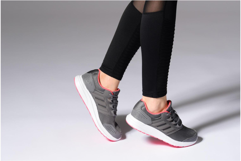 Chaussures de sport Adidas Performance Galaxy 4 Gris vue bas / vue portée sac